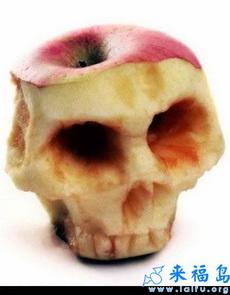 这娃,吃个苹果都不安分