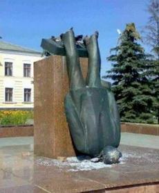 这个雕像悲剧了。