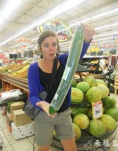 这么大的黄瓜,妹子震惊了