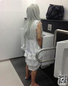 走进厕所后我吓尿了