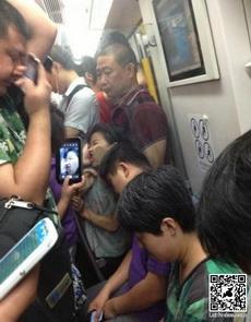 大家坐地铁也要小心自己的睡姿