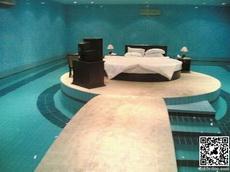 我的卧室,也是我的游泳池