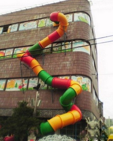 这个幼儿园的滑梯也太刺激了点吧!