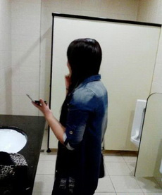 上厕所看见这妹子,我进还是不进