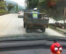 我是警察,现在征用你的车!