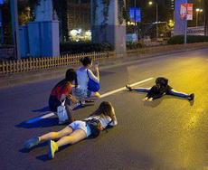 这大半夜的,你们几个在马路边这样做真的好吗?