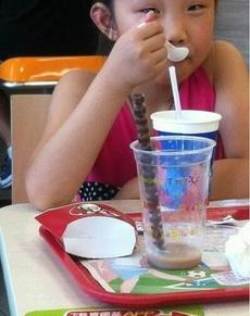 用吸管吃珍珠奶茶的最高境界!!