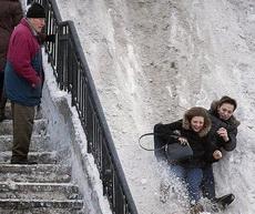 现在年轻人有楼梯不走,非要磨裤子