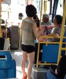 一大堆男的都跑到公車后面了