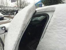 雪下成这样开个车门都要考验技术