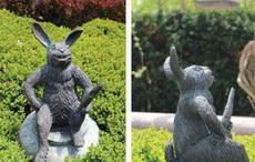 从侧面看这个雕像怎么怪怪的
