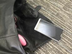 女同事的包包乱扔,手机都掉出来了