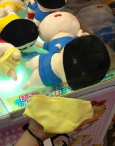 抓娃娃,抓了半天,把他裤衩抓出来了