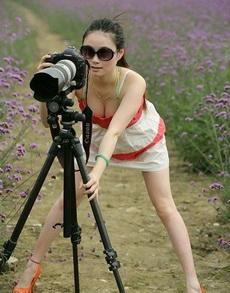 妹子,还是你站这里,我来给你拍照吧!