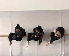 学舞蹈的妹子都这样休息