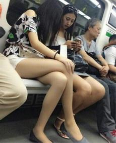 公交车上这样玩手机不好吧
