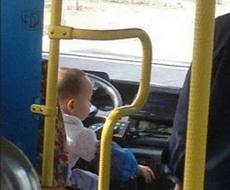 这司机看起来有点嫩啊