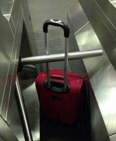 人过去了,但是行李却卡住了