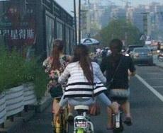 女漢子是這樣騎電動車的