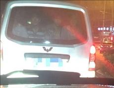他们就用哀怨的眼神一直盯着后面的车看