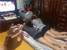 妹子们在客厅看电视,我终于可以玩游戏了
