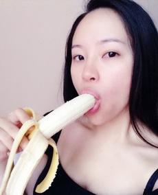 妹子吃香蕉