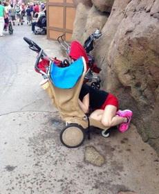 遛小孩太累了,自己先睡了~