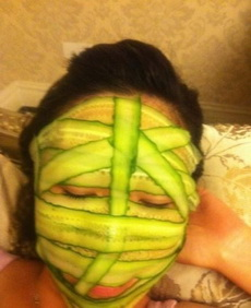 以前脸上贴黄瓜片的时候都是切成圆片,不是一会儿往下掉就是脸上有空隙