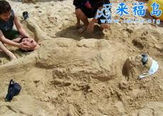 孕妇海滩当众产子