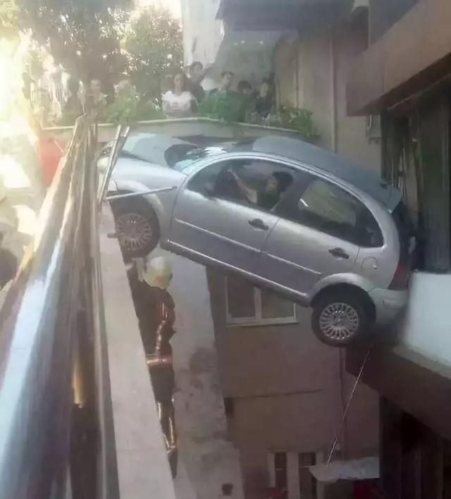 这技术开车不行去变魔术吧