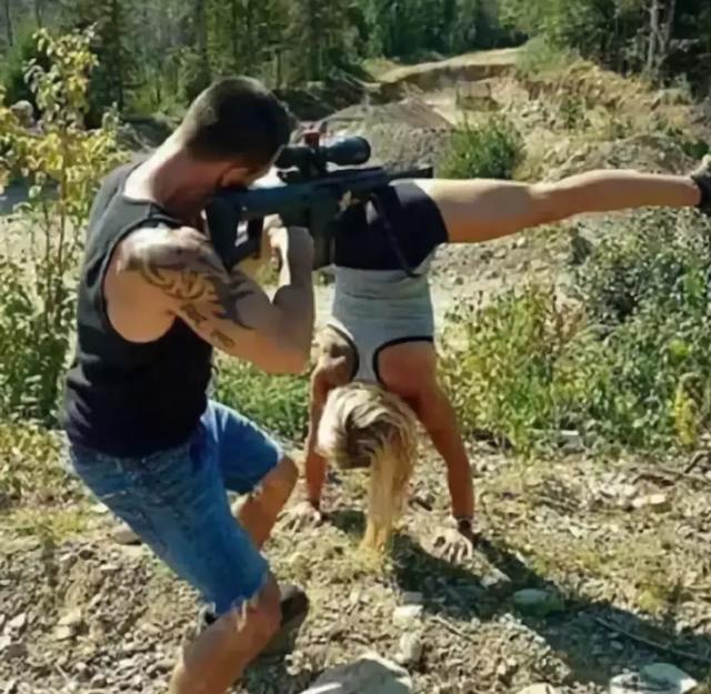 女朋友都这个姿势了你竟然还玩枪[奇闻怪事]