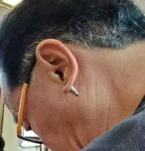 这个年纪的男人有耳洞的这大爷当年也是硬核潮人啊[dafa888手机版]