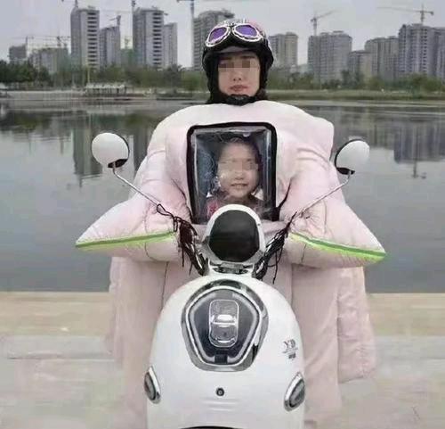 冬天骑车必备,但是给孩子弄一个黑框真的很像···