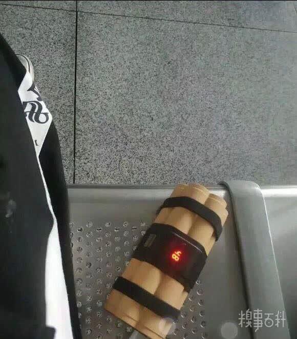 一个充电宝惹的货,朋友昨天在�R站被�z�և�所带走了[奇闻怪事]